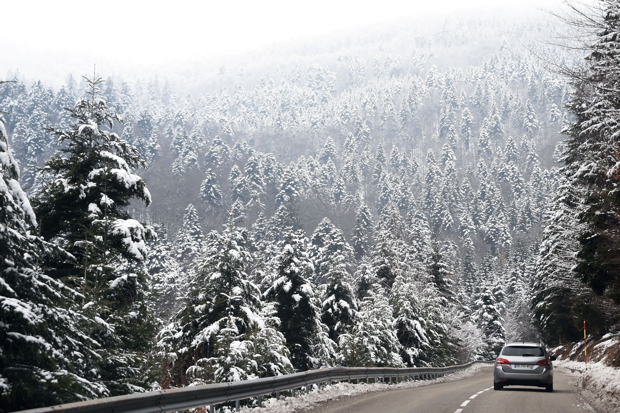 route-montagne-enneigee